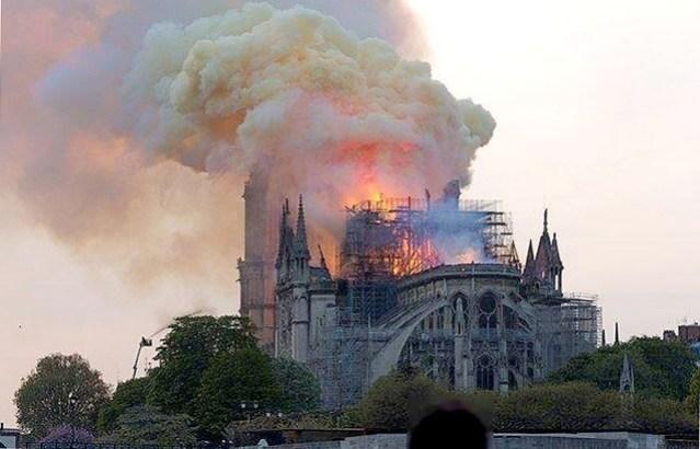 Notre-Dame-Paris-embrasée