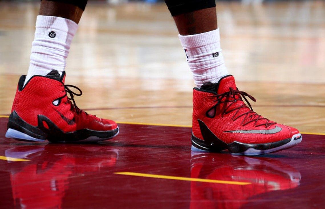 b13c9cb02c8 60%OFF The Cleveland Cavaliers Playoff Kicks On Court LeBron James — Nike  ...