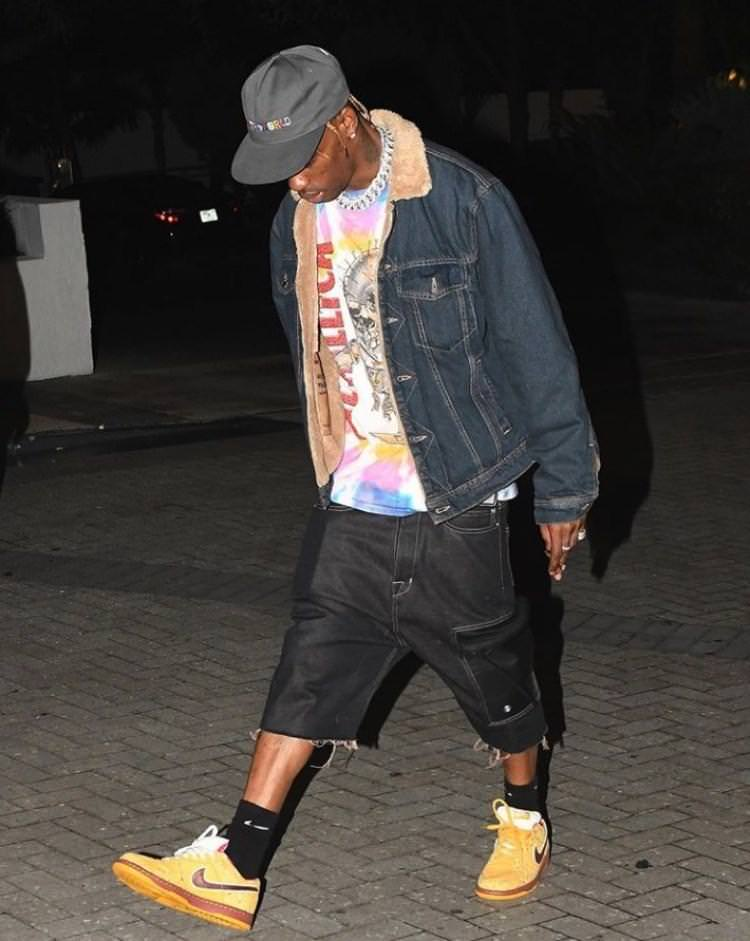 Travis Scott showing that he's an authentic SB Dunk Lobster advocate.