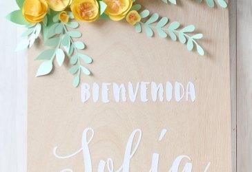 Un cartel de bienvenida con flores de papel
