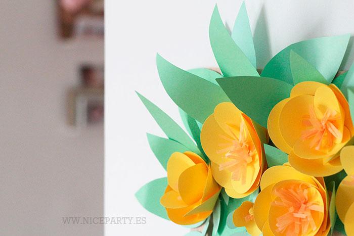 Un cartel de bienvenida con flores de papel | Niceparty
