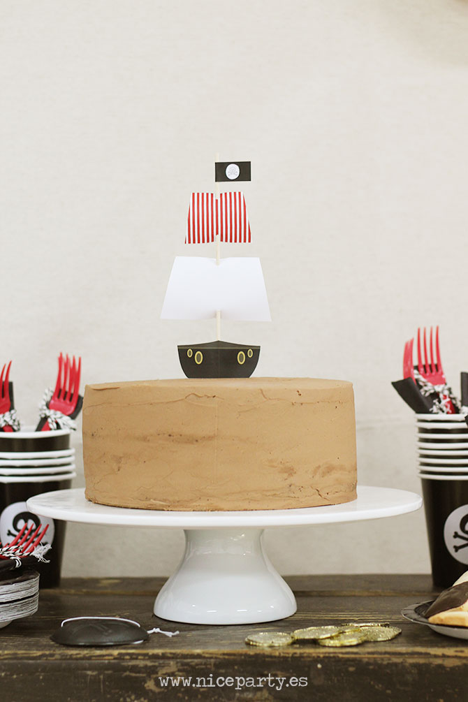 Nice Party Una mesa de dulces en una fiesta pirata. Tarta con topper de barco pirata