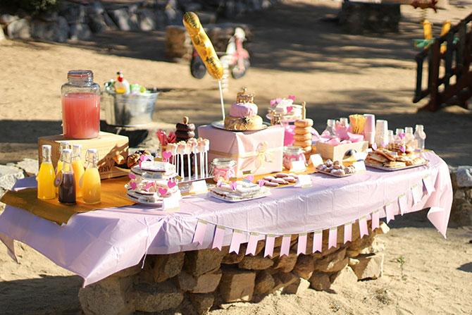 Mesa de dulces rosa y dorado
