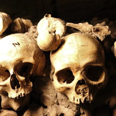Paris Catacombs – Exploring Skeletons and Skulls In The Dead Centre of Paris