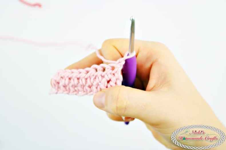 How to always Crochet Straight Edges in Half Double Crochet Rows Every Time - Photo and Video Tutorial - Nicki's Homemade Crafts #crochet #straight #edges #rows #video #tutorial #always #best #perfect #basic #beginner #learn