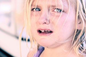 """Crying child with blonde hair"" (da Wikimedia Commons)"