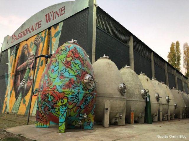 Hilera de huevos de concreto en Passionate Wines