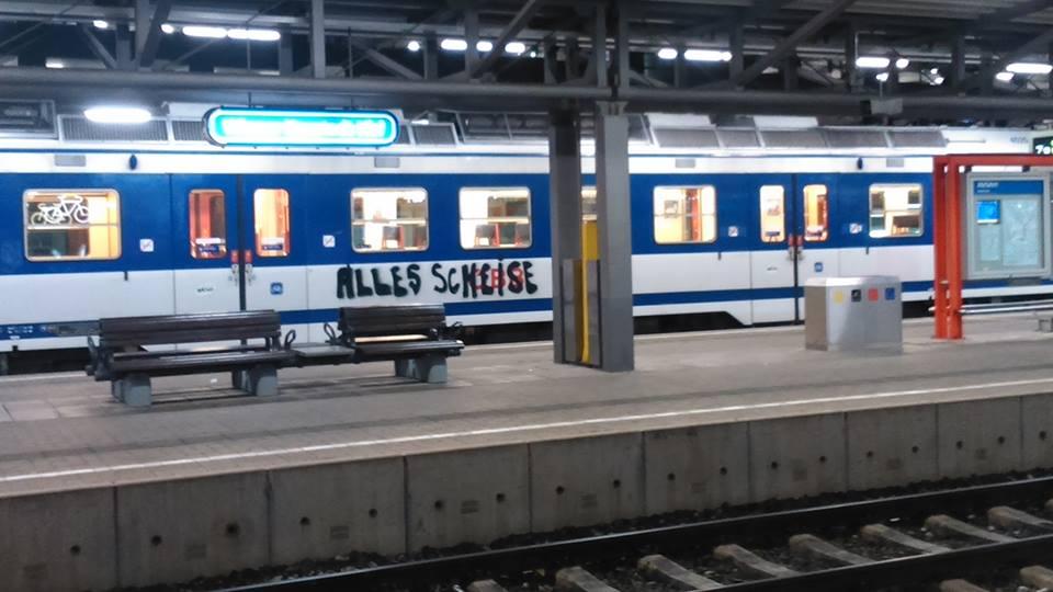 Die Ironie des Alltags auf dem Bahnhof