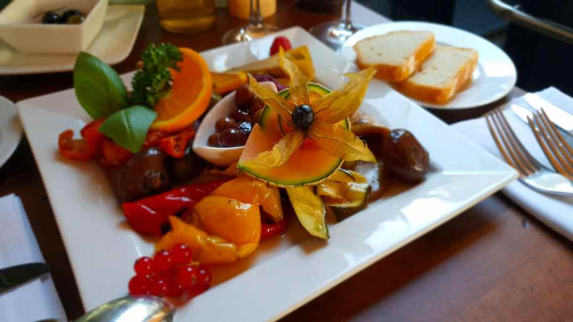 "restaurants-in-kassel-little-konoba-antipasti ""width ="" 1200 ""height ="" 675 ""data-wp-pid ="" 8770 ""srcset ="" https://www.nicolos-reiseblog.de/wp-content/ uploads / 2018/09 / restaurants-in-kassel-small-konoba-antipasti.jpg 1200w, https://www.nicolos-reiseblog.de/wp-content/uploads/2018/09/restaurants-in-kassel-kleine -konoba-antipasti-300x169.jpg 300w, https://www.nicolos-reiseblog.de/wp-content/uploads/2018/09/restaurants-in-kassel-kleine-konoba-antipasti-1024x576.jpg 1024w, https : //www.nicolos-reiseblog.de/wp-content/uploads/2018/09/restaurants-in-kassel-kleine-konoba-antipasti-800x450.jpg 800w ""sizes ="" (max-breedte: 1200px) 100vw, 1200px ""/></p data-recalc-dims="