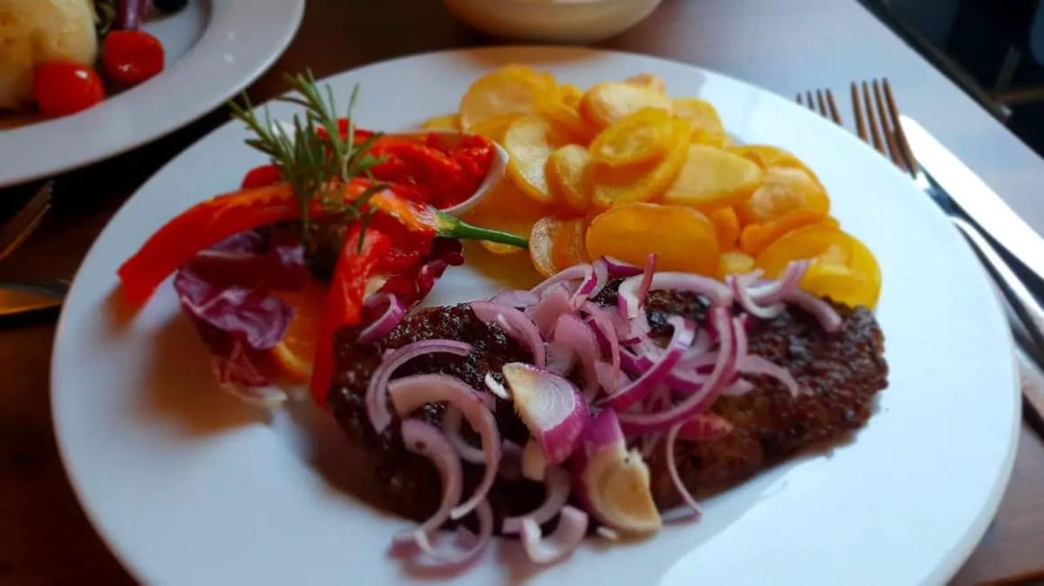 "restaurants-in-kassel-little-konoba-hacksteak ""width ="" 1200 ""height ="" 675 ""data-wp-pid ="" 8772 ""srcset ="" https://www.nicolos-reiseblog.de/wp-content/ uploads / 2018/09 / restaurants-in-kassel-kleine-konoba-hacksteak.jpg 1200w, https://www.nicolos-reiseblog.de/wp-content/uploads/2018/09/restaurants-in-kassel-kleine -konoba-hacksteak-300x169.jpg 300w, https://www.nicolos-reiseblog.de/wp-content/uploads/2018/09/restaurants-in-kassel-kleine-konoba-hacksteak-1024x576.jpg 1024w, https : //www.nicolos-reiseblog.de/wp-content/uploads/2018/09/restaurants-in-kassel-kleine-konoba-hacksteak-800x450.jpg 800w ""sizes ="" (max-breedte: 1200px) 100vw, 1200px ""/></p data-recalc-dims="