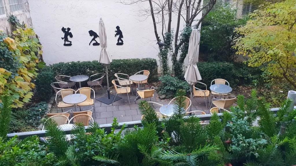 "best-cafes-muenchen-lard-noodle-café-fresh-hat-court ""width ="" 1024 ""height ="" 576 ""data-wp-pid ="" 9439 ""srcset ="" https://www.nicolos-reiseblog.de/wp- inhoud / uploads / 2018/12 / best-cafes-munich-Schmalznudel-Cafe-Frischhut-Innenhof.jpg 1024w, https://www.nicolos-reiseblog.de/wp-content/uploads/2018/12/besten-cafes -muenchen-Schmalznudel-Cafe-Frischhut-Innenhof-300x169.jpg 300w, https://www.nicolos-reiseblog.de/wp-content/uploads/2018/12/besten-cafes-muenchen-Schmalznudel-Cafe-Frischhut- courtyard-800x450.jpg 800w, https://www.nicolos-reiseblog.de/wp-content/uploads/2018/12/besten-cafes-muenchen-Schmalznudel-Cafe-Frischhut-innenhof-300x169@2x.jpg 600w "" sizes = ""(max-width: 1024px) 100vw, 1024px"" /></p data-recalc-dims="