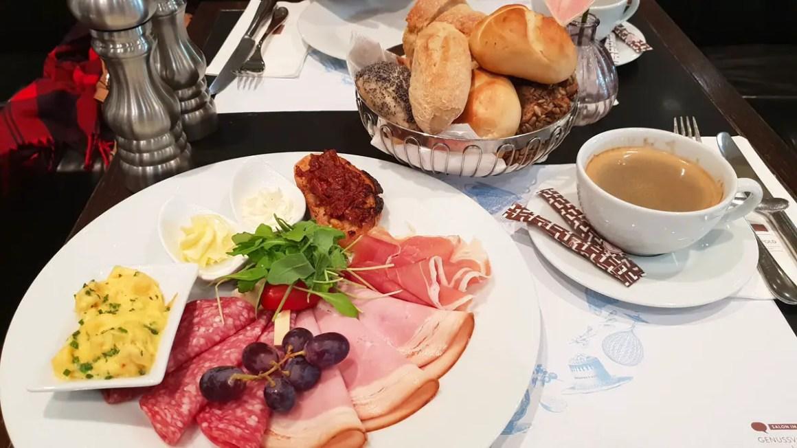 """best-cafes-munich-café-luitpold-ontbijt """"width ="""" 1200 """"height ="""" 675 """"data-wp-pid ="""" 9449 """"srcset ="""" https://www.nicolos-reiseblog.de/wp-content/ uploads / 2018/12 / best-cafes-muenchen-café-luitpold-fruehstueck.jpg 1200w, https://www.nicolos-reiseblog.de/wp-content/uploads/2018/12/besten-cafes-muenchen-cafe -luitpold-fruehstueck-300x169.jpg 300w, https://www.nicolos-reiseblog.de/wp-content/uploads/2018/12/besten-cafes-muenchen-cafe-luitpold-fruehstueck-1024x576.jpg 1024w, https : //www.nicolos-reiseblog.de/wp-content/uploads/2018/12/besten-cafes-muenchen-cafe-luitpold-fruehstueck-800x450.jpg 800w, https://www.nicolos-reiseblog.de/ wp-content/uploads/2018/12/besten-cafes-muenchen-cafe-luitpold-fruehstueck-300x169@2x.jpg 600w """"sizes ="""" (max-width: 1200px) 100vw, 1200px """"/></p data-recalc-dims="""