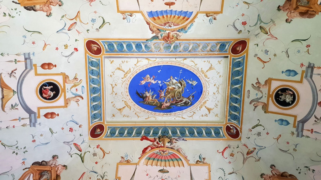 "Subiaco-travel-tips-latium-travel-tips-italy-rocca-di-abbaziale-ceiling-painting ""srcset ="" https://www.nicolos-reiseblog.de/wp-content/uploads/2019/02/Subiaco-travel-tips-latium-travel-tips -italia-rocca-di-abbaziale-ceiling-painting-1024x576.jpg 1024w, https://www.nicolos-reiseblog.de/wp-content/uploads/2019/02/Subiaco-travel-tips-latium-travel-tips-italia-rocca- di-abbaziale-ceiling-painting-300x169.jpg 300w, https://www.nicolos-reiseblog.de/wp-content/uploads/2019/02/Subiaco-travel-tips-latium-travel-tips-italia-rocca-di-abbaciale-background- painting -800x450.jpg 800w, https://www.nicolos-reiseblog.de/wp-content/uploads/2019/02/Subiaco-travel-tipps-latium-travel-tips-italia-rocca-di-abbaciale-blue-painting.jpg 1200w, https : //www.nicolos-reiseblog.de/wp-content/uploads/2019/02/Subiaco-reisetipps-latium-reisetipps-italien-rocca-di-abbaziale-deckenmalerei-300x169@2x.jpg 600w ""sizes ="" ( max. breedte: 1024px) 100vw, 1024px ""/></figure data-recalc-dims="