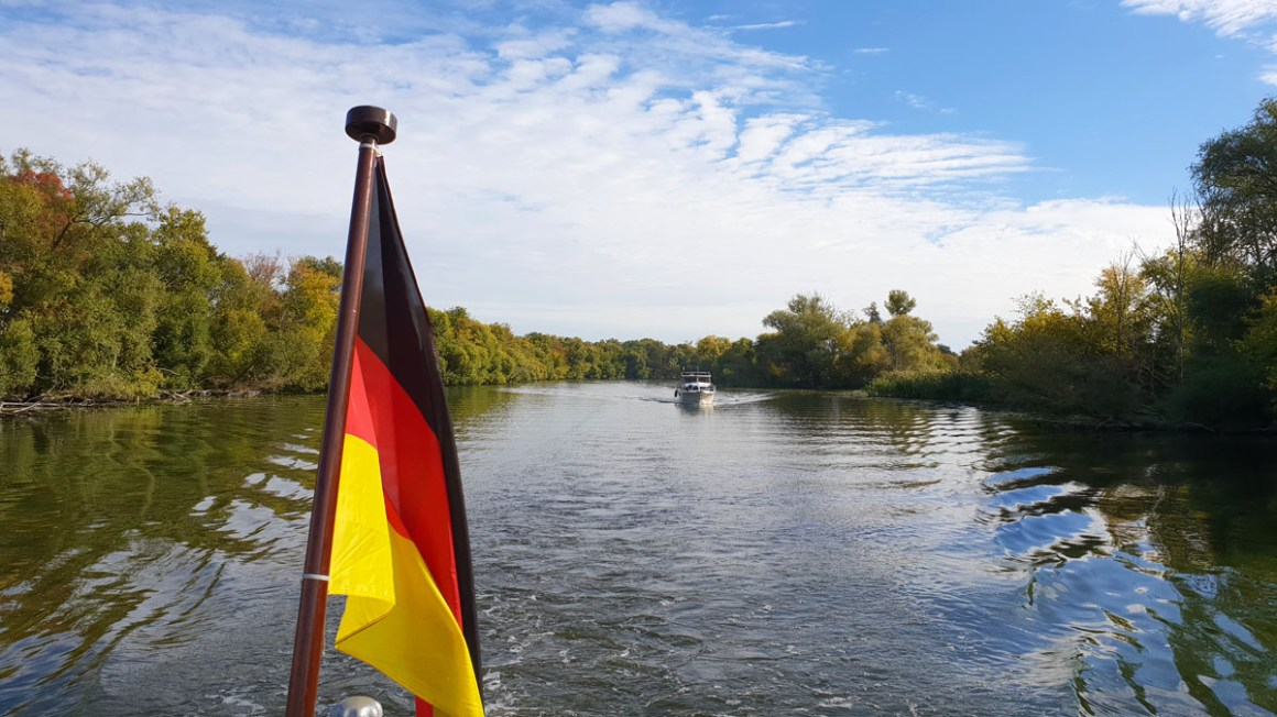 "Tour-brandenburg-reistips-brandenburg-bij-de-havel-boot-rit-plauer-zien-vlag ""width ="" 1200 ""height ="" 675 ""data-wp-pid ="" 10074 ""srcset ="" https: // www. nicolos-reiseblog.de/wp-content/uploads/2019/03/Rundreise-brandenburg-reisetipps-brandenburg-an-der-havel-bootsfahrt-plauer-see-fahne-1.jpg 1200w, https: //www.nicolos -reiseblog.de/wp-content/uploads/2019/03/Rundreise-brandenburg-reisetipps-brandenburg-an-der-havel-bootsfahrt-plauer-see-fahne-1-300x169.jpg 300w, https: // www. nicolos-reiseblog.de/wp-content/uploads/2019/03/Rundreise-brandenburg-reisetipps-brandenburg-an-der-havel-bootsfahrt-plauer-see-fahne-1-1024x576.jpg 1024w, https: // www .nicolos-reiseblog.de / wp-content / uploads / 2019/03 / Roundtrip-brandenburg-reistips-brandenburg-an-the-havel-boat-ride-plauer-see-flag-1-800x450.jpg 800w, https: // www.nicolos-reiseblog.de/wp-content/uploads/2019/03/Rundreise-brandenburg-reisetipps-brandenburg-an-der-havel-bootsfahrt-plauer-see-fahne-1-300x169@2x.jpg 600 w ""sizes = ""(max-breedte: 1200px) 100v w, 1200 px ""/></p data-recalc-dims="