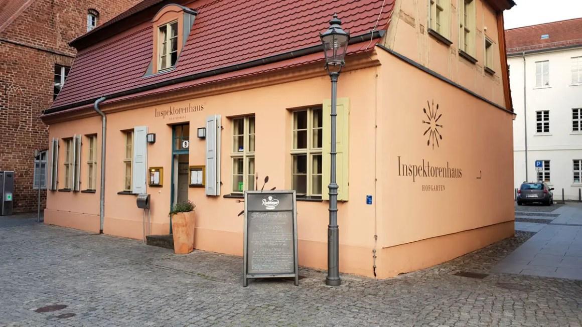 """Rundreise-brandenburg-travel-tips-brandenburg-an-der-havel-inspektorenhaus """"width ="""" 1200 """"height ="""" 675 """"data-wp-pid ="""" 10045 """"srcset ="""" https://www.nicolos-reiseblog.de/ wp-content / uploads / 2019/03 / Rundreise-brandenburg-travel-tips-brandenburg-an-der-havel-inspektorenhaus.jpg 1200w, https://www.nicolos-reiseblog.de/wp-content/uploads/2019/03 / Rondreis-brandenburg-reisetipps-brandenburg-an-der-havel-inspektorenhaus-300x169.jpg 300w, https://www.nicolos-reiseblog.de/wp-content/uploads/2019/03/Rundreise-brandenburg-reisetipps- brandenburg-an-der-havel-inspektorenhaus-1024x576.jpg 1024w, https://www.nicolos-reiseblog.de/wp-content/uploads/2019/03/Rundreise-brandenburg-reisetipps-brandenburg-an-der-havel -inspektorenhaus-800x450.jpg 800w, https://www.nicolos-reiseblog.de/wp-content/uploads/2019/03/Rundreise-brandenburg-reisetipps-brandenburg-an-der-havel-inspektorenhaus-300x169@2x. jpg 600w """"sizes ="""" (max-width: 1200px) 100vw, 1200px """"/></p data-recalc-dims="""