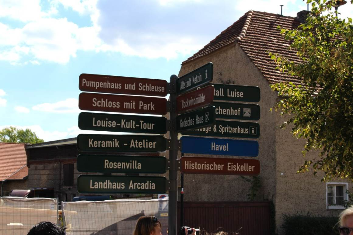 "Rundreise-brandenburg-travel-tips-brandenburg-paretz-guidepost ""width ="" 1200 ""height ="" 800 ""data-wp-pid ="" 10020 ""srcset ="" https://www.nicolos-reiseblog.de/wp-content/ uploads / 2019/03 / Rundreise-brandenburg-reizen-tips-brandenburg-paretz-wegweiser.jpg 1200w, https://www.nicolos-reiseblog.de/wp-content/uploads/2019/03/Rundreise-brandenburg-reisetipps-brandenburg -paretz-wegweiser-300x200.jpg 300w, https://www.nicolos-reiseblog.de/wp-content/uploads/2019/03/Rundreise-brandenburg-reisetipps-brandenburg-paretz-wegweiser-1024x683.jpg 1024w, https : //www.nicolos-reiseblog.de/wp-content/uploads/2019/03/Rundreise-brandenburg-reisetipps-brandenburg-paretz-wegweiser-800x533.jpg 800w, https://www.nicolos-reiseblog.de/ wp-content/uploads/2019/03/Rundreise-brandenburg-reisetipps-brandenburg-paretz-wegweiser-300x200@2x.jpg 600w ""sizes ="" (max-width: 1200px) 100vw, 1200px ""/></p data-recalc-dims="