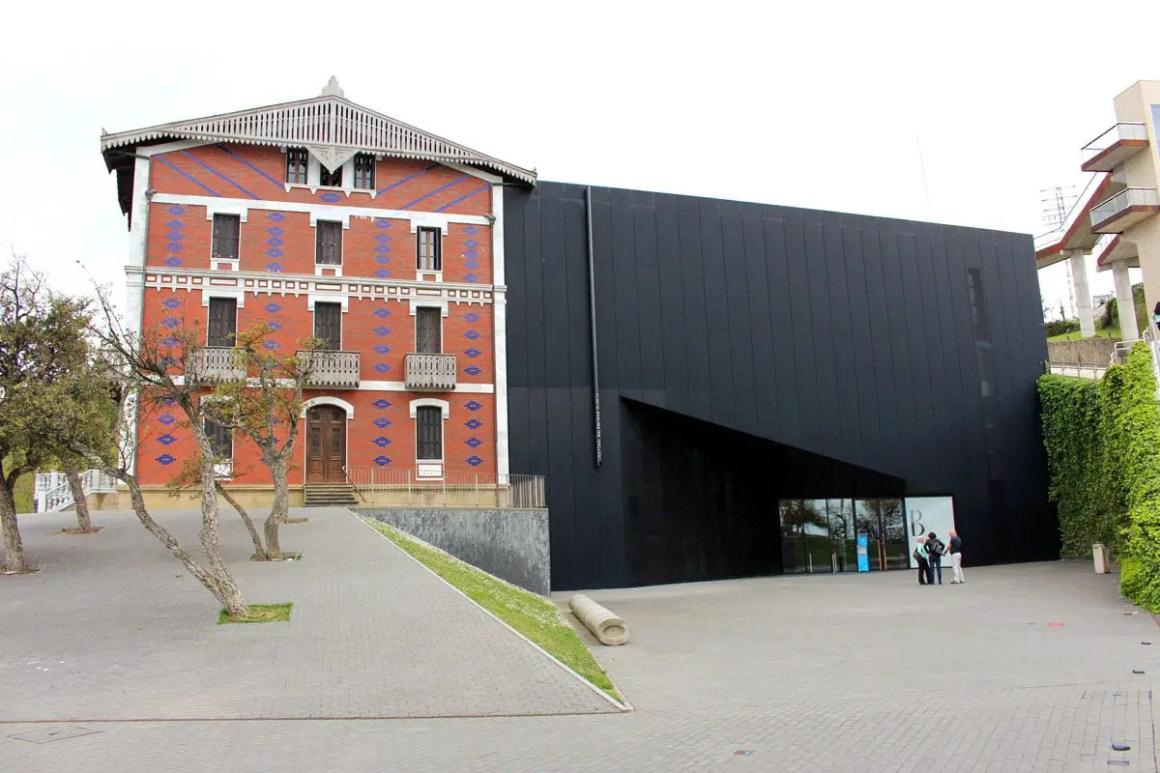 "Cristobal-Balenciaga-Museum-Reizen-Tips-Baskenland-Reizen-Spanje ""width ="" 1200 ""height ="" 800 ""data-wp-pid ="" 10288 ""srcset ="" https://www.nicolos-reiseblog.de/wp- inhoud / uploads / 2019/04 / Cristobal Balenciaga Museum Reistips Baskenland Reistips Spain.jpg 1200w, https://www.nicolos-reiseblog.de/wp-content/uploads/2019/04/Cristobal-Balenciaga -Museum-reistips-baskisch-reizen-tips-spanje-300x200.jpg 300w, https://www.nicolos-reiseblog.de/wp-content/uploads/2019/04/Cristobal-Balenciaga-Museum-travel-basics-land-tips-tips- spain-1024x683.jpg 1024w, https://www.nicolos-reiseblog.de/wp-content/uploads/2019/04/Cristobal-Balenciaga-Museum-travel-basics-land-tips-spain-50x33.jpg 50w, https: //www.nicolos-reiseblog.de/wp-content/uploads/2019/04/Cristobal-Balenciaga-Museum-reisetipps-baskenland-reiseetipps-spanien-800x533.jpg 800w ""sizes ="" (max-width: 1200px) 100vw , 1200 px ""/></p data-recalc-dims="