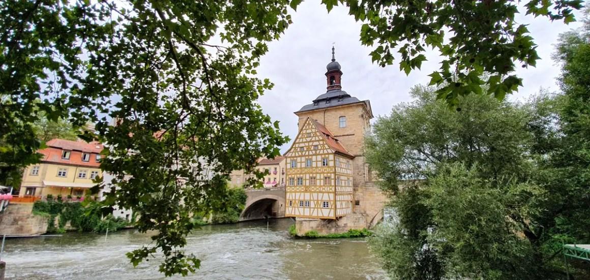 """Wat-je-moet-zien-Bamberg-oud-herenhuis-rivier """"width ="""" 1200 """"height ="""" 569 """"data-wp-pid ="""" 11134 """"srcset ="""" https://www.nicolos-reiseblog.de/ wp-content / uploads / 2019/08 / Wat-moet-zien-Bamberg-old-town-house-river.jpg 1200w, https://www.nicolos-reiseblog.de/wp-content/uploads/2019/08 /What-must-man-see-Bamberg-altes-rathaus-fluss-300x142.jpg 300w, https://www.nicolos-reiseblog.de/wp-content/uploads/2019/08/Was-muss-man- see-Bamberg-old-town-house-river-1024x486.jpg 1024w, https://www.nicolos-reiseblog.de/wp-content/uploads/2019/08/Was-muss-man-sehen-Bamberg-altes-rathaus -flow-50x24.jpg 50w, https://www.nicolos-reiseblog.de/wp-content/uploads/2019/08/Was-muss-man-sehen-Bamberg-altes-rathaus-fluss-800x379.jpg 800w """"sizes ="""" (max-breedte: 1200px) 100vw, 1200px """"/></p data-recalc-dims="""