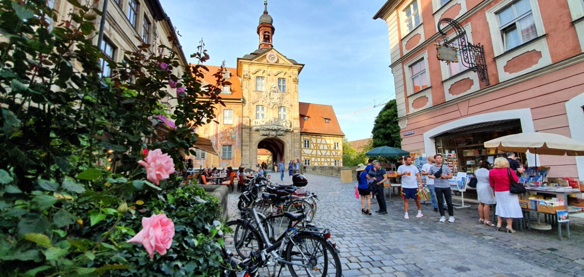 "Wat-je-moet-zien-Bamberg-oud-herenhuis-poort ""width ="" 1200 ""height ="" 569 ""data-wp-pid ="" 11136 ""srcset ="" https://www.nicolos-reiseblog.de/ wp-content / uploads / 2019/08 / What-must-see-one-Bamberg-old-townhouse-tor.jpg 1200w, https://www.nicolos-reiseblog.de/wp-content/uploads/2019/08 /What-must-man-see-Bamberg-altes-rathaus-tor-300x142.jpg 300w, https://www.nicolos-reiseblog.de/wp-content/uploads/2019/08/Was-muss-man- see-bamberg-old-town-gate-tor-1024x486.jpg 1024w, https://www.nicolos-reiseblog.de/wp-content/uploads/2019/08/Was-muss-man-sehen-Bamberg-altes-rathaus -tor-50x24.jpg 50w, https://www.nicolos-reiseblog.de/wp-content/uploads/2019/08/Was-muss-man-sehen-Bamberg-altes-rathaus-tor-800x379.jpg 800w ""sizes ="" (max-breedte: 1200px) 100vw, 1200px ""/></p data-recalc-dims="