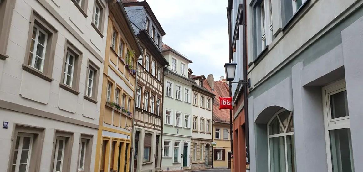 "Hotel-Bamberg-ibis-Altstadt-side-street ""width ="" 1200 ""height ="" 568 ""data-wp-pid ="" 11490 ""srcset ="" https://www.nicolos-reiseblog.de/wp-content/uploads/ 2019/11 / Hotel-Bamberg-ibis-Altstadt-seitenstrasse.jpg 1200w, https://www.nicolos-reiseblog.de/wp-content/uploads/2019/11/Hotel-Bamberg-ibis-Altstadt-seitenstrasse-300x142 .jpg 300w, https://www.nicolos-reiseblog.de/wp-content/uploads/2019/11/Hotel-Bamberg-ibis-Altstadt-seitenstrasse-1024x485.jpg 1024w, https: //www.nicolos-reiseblog .com / wp-content / uploads / 2019/11 / Hotel-Bamberg-ibis-Altstadt-seitenstrasse-50x24.jpg 50w, https://www.nicolos-reiseblog.de/wp-content/uploads/2019/11/ Hotel-Bamberg-ibis-Altstadt-zij-straat-800x379.jpg 800w ""sizes ="" (max-breedte: 1200px) 100vw, 1200px ""/></p data-recalc-dims="