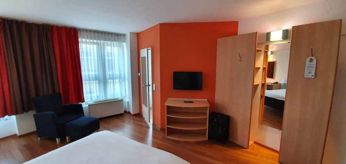 "Hotel-Bamberg-ibis-Altstadt-room-cabinet ""width ="" 1200 ""height ="" 569 ""data-wp-pid ="" 11496 ""srcset ="" https://www.nicolos-reiseblog.de/wp-content/ uploads / 2019/11 / Hotel-Bamberg-ibis-Altstadt-zimmer-schrank.jpg 1200w, https://www.nicolos-reiseblog.de/wp-content/uploads/2019/11/Hotel-Bamberg-ibis-Altstadt -zimmer-schrank-300x142.jpg 300w, https://www.nicolos-reiseblog.de/wp-content/uploads/2019/11/Hotel-Bamberg-ibis-Altstadt-zimmer-schrank-1024x486.jpg 1024w, https : //www.nicolos-reiseblog.de/wp-content/uploads/2019/11/Hotel-Bamberg-ibis-Altstadt-zimmer-schrank-50x24.jpg 50w, https://www.nicolos-reiseblog.de/ wp-content / uploads / 2019/11 / Hotel-Bamberg-ibis-Altstadt-room-cabinet-800x379.jpg 800w ""sizes ="" (max-breedte: 1200px) 100vw, 1200px ""/></p data-recalc-dims="