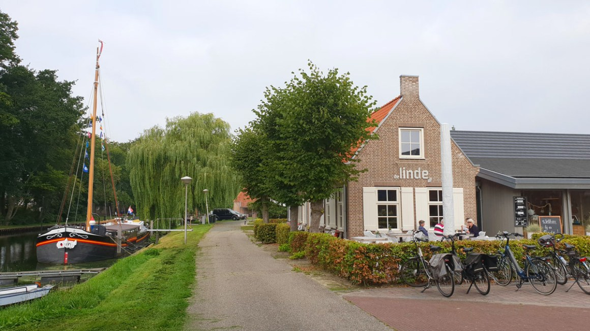 "Holland-round-trip-hansestaedte-hasselt-cafe-linden ""width ="" 1200 ""height ="" 675 ""srcset ="" https://www.nicolos-reiseblog.de/wp-content/uploads/2019/12/Holland-rundreise -hansestaedte-hasselt-cafe-linden.jpg 1200w, https://www.nicolos-reiseblog.de/wp-content/uploads/2019/12/Holland-rundreise-hansestaedte-hasselt-cafe-linde-300x169.jpg 300w , https://www.nicolos-reiseblog.de/wp-content/uploads/2019/12/Holland-rundreise-hansestaedte-hasselt-cafe-linde-1024x576.jpg 1024w ""data-lazy-sizes ="" (max- breedte: 1200px) 100vw, 1200px ""src ="" https://www.nicolos-reiseblog.de/wp-content/uploads/2019/12/Holland-rundreise-hansestaedte-hasselt-cafe-linde.jpg ""/></p> <p><noscript><img class="