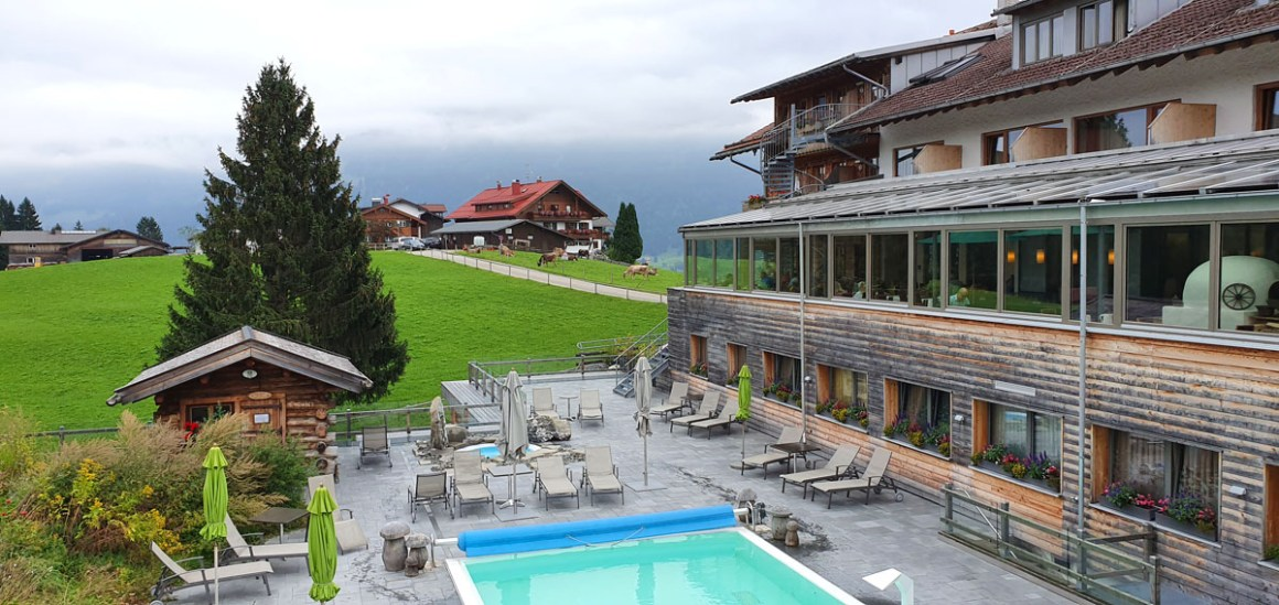 "Hotel-Oberstorf-wellness-buitenzwembad ""width ="" 1200 ""height ="" 568 ""srcset ="" https://www.nicolos-reiseblog.de/wp-content/uploads/2020/01/Hotel-Oberstorf-wellness-aussenpool .jpg 1200w, https://www.nicolos-reiseblog.de/wp-content/uploads/2020/01/Hotel-Oberstorf-wellness-aussenpool-300x142.jpg 300w, https://www.nicolos-reiseblog.de /wp-content/uploads/2020/01/Hotel-Oberstorf-wellness-aussenpool-1024x485.jpg 1024w ""sizes ="" (max-breedte: 1200px) 100vw, 1200px ""/><img class="