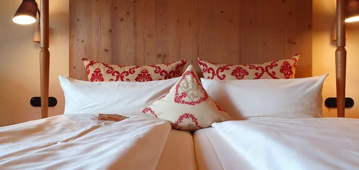 "Hotel-Oberstorf-room-bed ""width ="" 1200 ""height ="" 568 ""srcset ="" https://www.nicolos-reiseblog.de/wp-content/uploads/2020/01/Hotel-Oberstorf-zimmer-bett .jpg 1200w, https://www.nicolos-reiseblog.de/wp-content/uploads/2020/01/Hotel-Oberstorf-zimmer-bett-300x142.jpg 300w, https://www.nicolos-reiseblog.de /wp-content/uploads/2020/01/Hotel-Oberstorf-zimmer-bett-1024x485.jpg 1024w ""data-lazy-sizes ="" (max-width: 1200px) 100vw, 1200px ""src ="" https: // www .nicolos-reiseblog.de / wp-content / uploads / 2020/01 / hotel-Oberstorf-bedroom bett.jpg ""/><noscript><img class="
