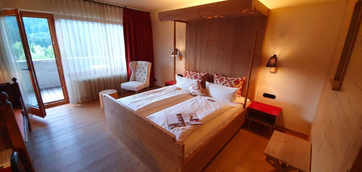 "Hotel-Oberstorf-zimmer ""width ="" 1200 ""height ="" 569 ""srcset ="" https://i1.wp.com/www.nicolos-reiseblog.de/wp-content/uploads/2020/01/Hotel-Oberstorf-zimmer.jpg?w=1160&ssl=1 1200w, https://www.nicolos-reiseblog.de/wp-content/uploads/2020/01/Hotel-Oberstorf-zimmer-300x142.jpg 300w, https://www.nicolos-reiseblog.de/wp-content/uploads /2020/01/Hotel-Oberstorf-zimmer-1024x486.jpg 1024w ""sizes ="" (max-breedte: 1200px) 100vw, 1200px ""/></noscript data-recalc-dims="