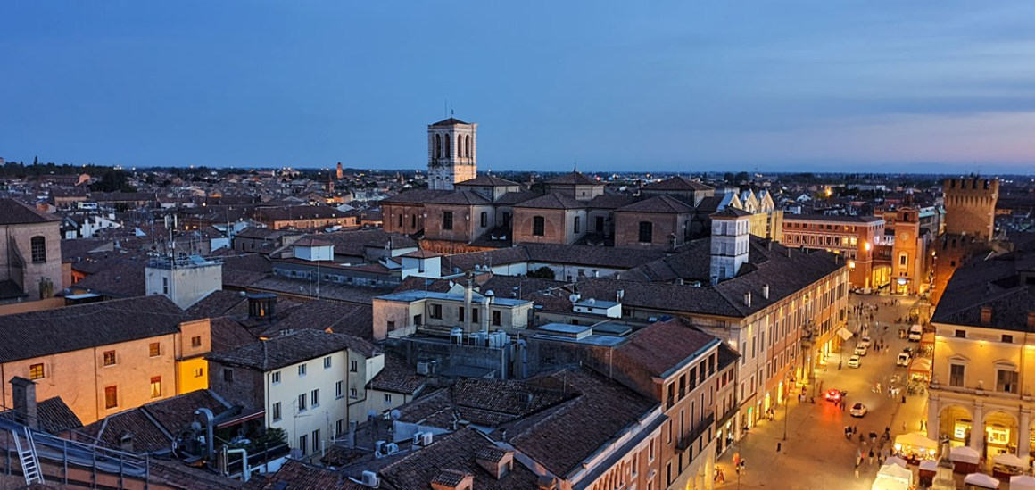 "ferrara-Attractions-Castello-Estense-outlook-evening ""width ="" 1200 ""height ="" 568 ""srcset ="" https://www.nicolos-reiseblog.de/wp-content/uploads/2020/01/ferrara-sehenswuerdigkeits -Castello-Estense-ausblick-abends.jpg 1200w, https://www.nicolos-reiseblog.de/wp-content/uploads/2020/01/ferrara-sehenswuerdigkeits-Castello-Estense-ausblick-abends-300x142.jpg 300w , https://www.nicolos-reiseblog.de/wp-content/uploads/2020/01/ferrara-sehenswuerdigkeits-Castello-Estense-ausblick-abends-1024x485.jpg 1024w ""data-lazy-sizes ="" (max- breedte: 1200px) 100vw, 1200px ""src ="" https://www.nicolos-reiseblog.de/wp-content/uploads/2020/01/ferrara-sehenswuerdigkeits-Castello-Estense-ausblick-abends.jpg ""/></p> <p><noscript><img class="