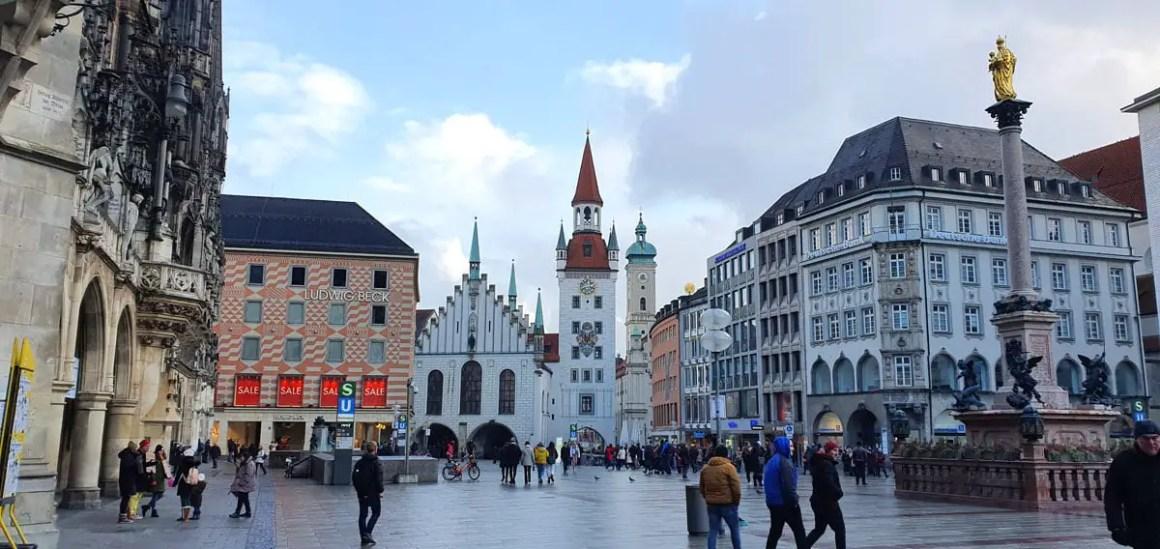 """Marienplatz-Muenchen """"width ="""" 1200 """"height ="""" 568 """"srcset ="""" https://www.nicolos-reiseblog.de/wp-content/uploads/2020/05/Marienplatz-Muenchen.jpg 1200w, https: // www.nicolos-reiseblog.de/wp-content/uploads/2020/05/Marienplatz-Muenchen-300x142.jpg 300w, https://www.nicolos-reiseblog.de/wp-content/uploads/2020/05/Marienplatz -Muenchen-1024x485.jpg 1024w """"data-lazy-sizes ="""" (max. Breedte: 1200px) 100vw, 1200px """"src ="""" https://www.nicolos-reiseblog.de/wp-content/uploads/2020/05 /Marienplatz-Muenchen.jpg """"/></p> <p><noscript><img class="""