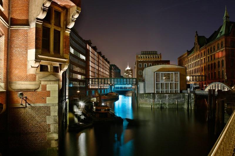 Hamburg bei Nacht - Die hamburger Speicherstadt in blauem Licht