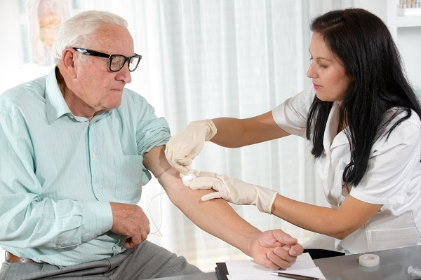 Photo of a man having blood drawn - La diabetes Tipos y prevención de enfermedad