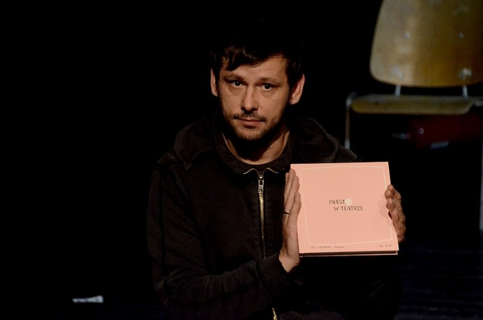 Adam Ziajski, reżyser sztuki prezentuje jubileuszową publikację nt. Strefy Ciszy