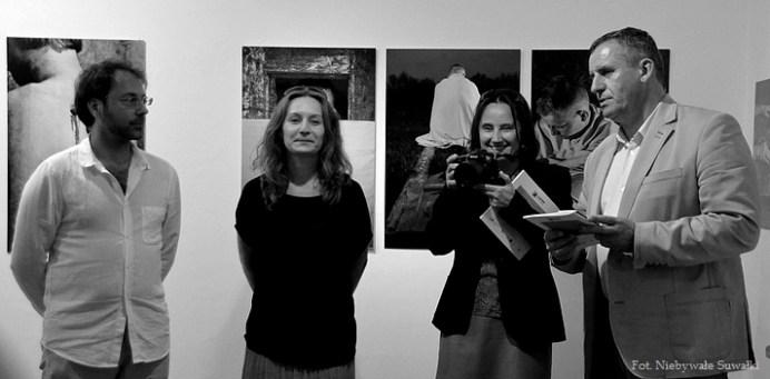 Na zdj. Grzegorz Jarmocewicz, kurator wystawy; Monika Pańko, dyrektor AFiP, Izabela Muszczynko, kierownik CSW i Jerzy Brzozowski, dyrektor Muzeum Okręgowego w Suwałkach.