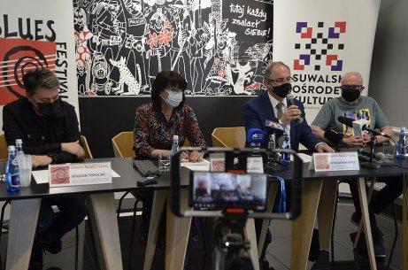 Na zdj. od lewej: Bogdan Topolski, dyrektor artystyczny SBF, Alicja Andrulewicz - dyrektor SOK, Czesław Renkiewicz - prezydent Suwałk, Jan Chojnacki - dziennikarz muzyczny, prowadzący SBF