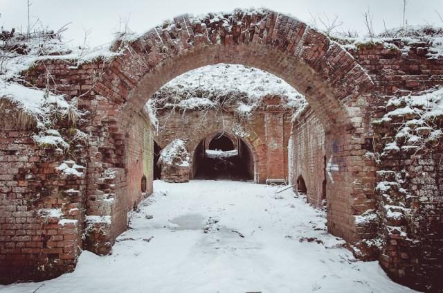 Užnugario kaponierius tuo pačiu buvo ir forto vartai