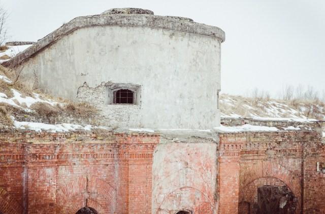 Modernizacijos metu įrengtas tarpinis puskaponierius, skirtas apšaudyti tarpams tarp fortų