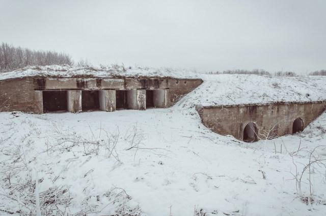Prieššturminių pabūklų slėptuvė ir įėjimas į poterną jungiančią užnugario kareivines su puskaponieriais