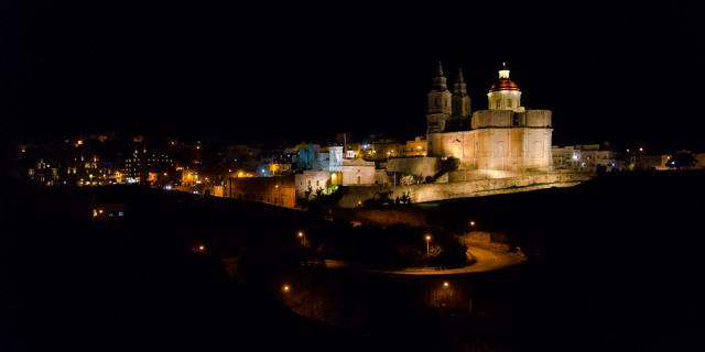 Nuo slėptuvės prieigų atsiveria naktinė Melieha parapijos bažnyčios panorama