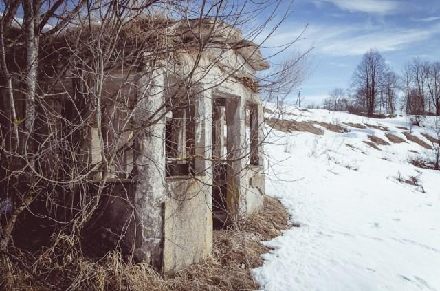 Netoli bažnyčios - keistas namelis šlaite