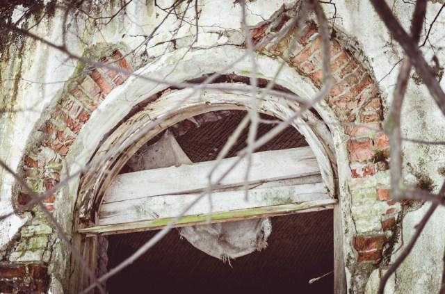 Gražūs vitražai, lango papuošimai seniai dingo