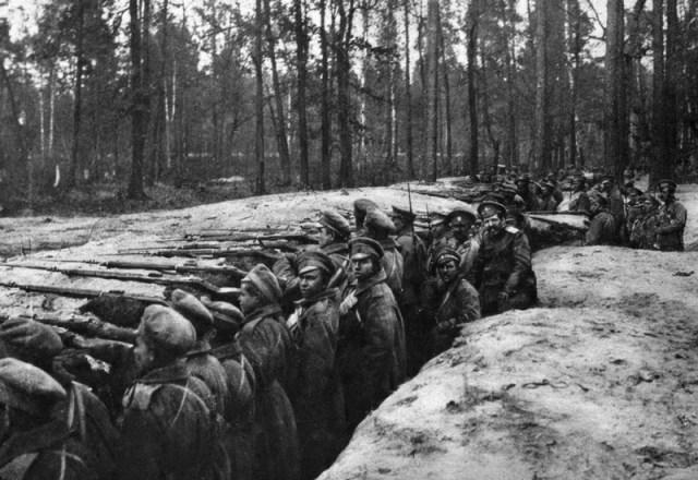 Rusų kariai pasirengę tranšėjos gynybai (I PK nuotrauka)