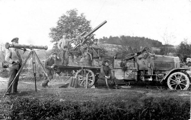 Vokiečių kariai prie mobilaus priešlėktuvinės artilerijos pabūklo (I PK nuotrauka)