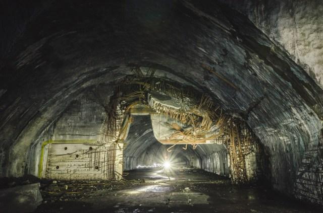 Šioje vietoje buvo įrengtos masyvios hermetinės durys uždaromos galingu elektros varikliu