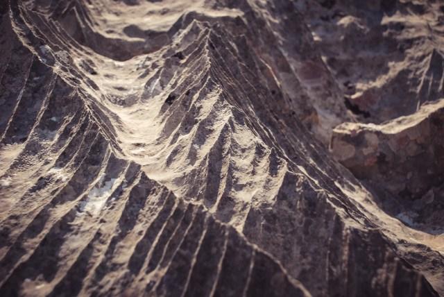 Uolos labai aštrios, be to akmenys kai kur byra iš po kojų, o žolės slepia tarpus tarp didesnių akmenų