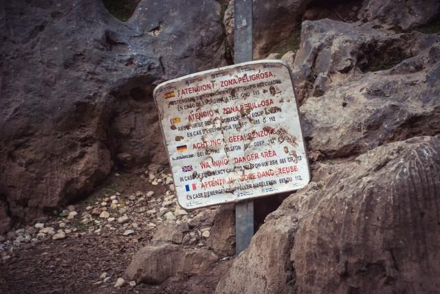 Dauguma turistų iš kitos pusės toliau šio ženklo neina