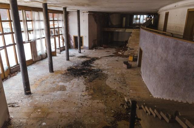 Didžiulis holas su langais į vidinį kiemą pastato centre
