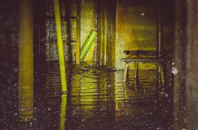 Iš šachtos viršaus laša vanduo ir po trupuį semia dalį bunkerio