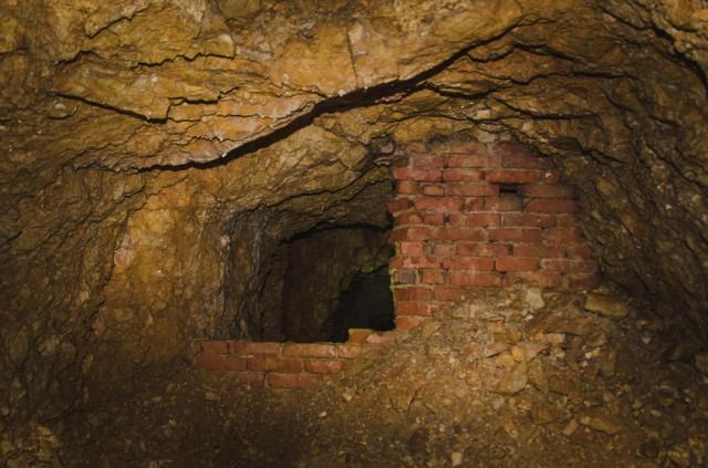 Per skylę rūsio sienoje patenkame į tunelį, kuris darsyk užmūrytas